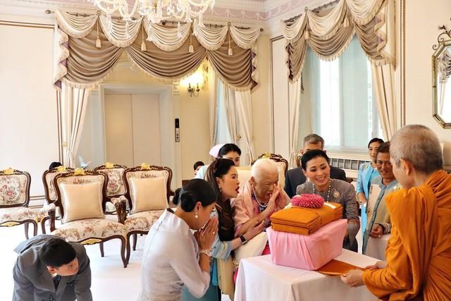 Hoàng hậu Thái Lan xuất hiện rạng rỡ bên cạnh Quốc vương vào ngày quốc lễ, được mẹ chồng nắm tay tình cảm trong khi vợ lẽ mất hút khó hiểu - Ảnh 9.