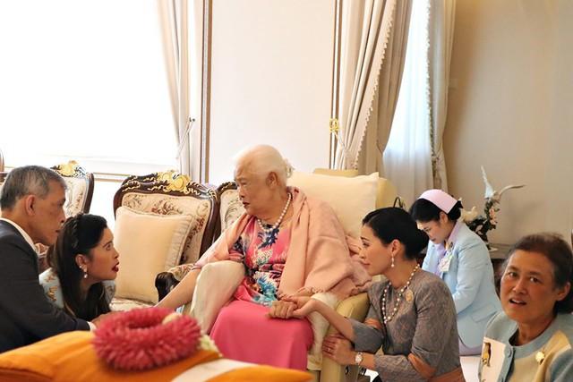 Hoàng hậu Thái Lan xuất hiện rạng rỡ bên cạnh Quốc vương vào ngày quốc lễ, được mẹ chồng nắm tay tình cảm trong khi vợ lẽ mất hút khó hiểu - Ảnh 10.