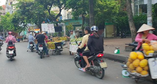 """Hà Nội: Bán đảo Linh Đàm được """"đặc cách"""" để 3 làn ô tô dưới lòng đường, vỉa hè? - Ảnh 1."""