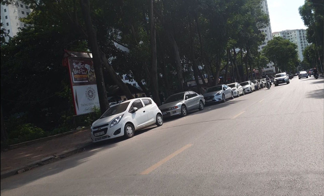 """Hà Nội: Bán đảo Linh Đàm được """"đặc cách"""" để 3 làn ô tô dưới lòng đường, vỉa hè? - Ảnh 3."""