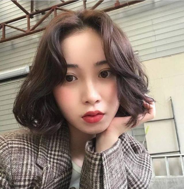 Những kiểu tóc chứng minh nâng tầm nhan sắc cực đơn giản - Ảnh 2.