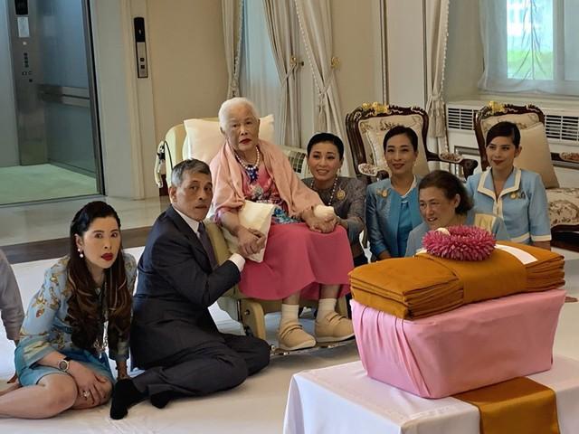 Tưởng mất hút trong quốc lễ, ai ngờ Hoàng quý phi Thái Lan lại ngồi lặng lẽ một góc, hướng mắt nhìn về Quốc vương và chính thất - Ảnh 1.