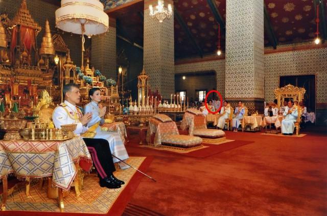 Tưởng mất hút trong quốc lễ, ai ngờ Hoàng quý phi Thái Lan lại ngồi lặng lẽ một góc, hướng mắt nhìn về Quốc vương và chính thất - Ảnh 2.