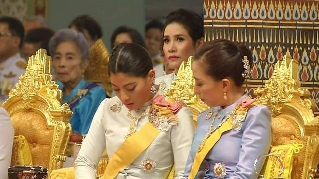 Tưởng mất hút trong quốc lễ, ai ngờ Hoàng quý phi Thái Lan lại ngồi lặng lẽ một góc, hướng mắt nhìn về Quốc vương và chính thất - Ảnh 4.