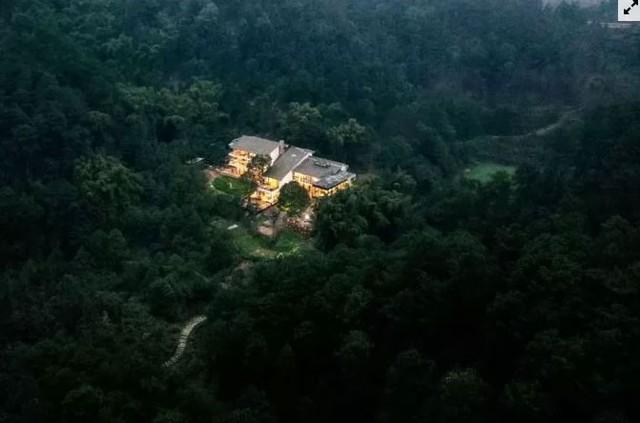 Cô gái xây nhà trên núi đưa cha mẹ lên sống ẩn dật  - Ảnh 1.
