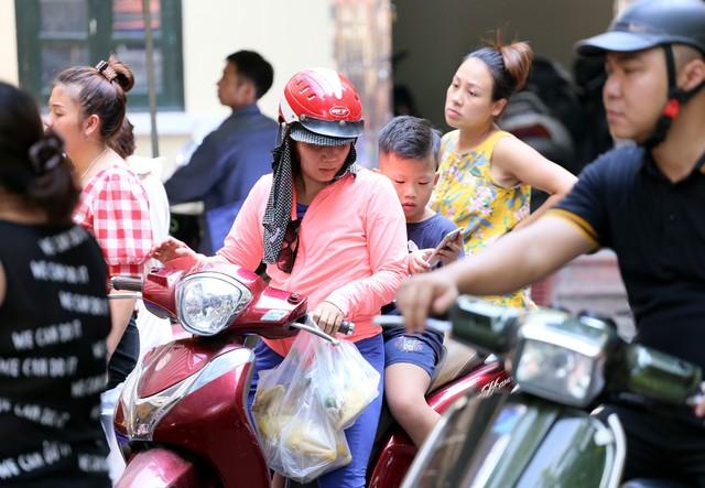 500 nghìn đồng bộ gà luộc xôi gấc, người Hà Nội xếp hàng mua cúng cô hồn - Ảnh 3.