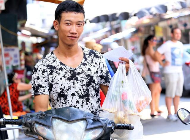 500 nghìn đồng bộ gà luộc xôi gấc, người Hà Nội xếp hàng mua cúng cô hồn - Ảnh 9.