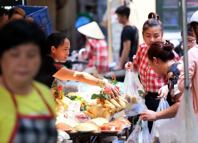 500 nghìn đồng bộ gà luộc xôi gấc, người Hà Nội xếp hàng mua cúng cô hồn - Ảnh 4.