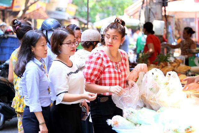 500 nghìn đồng bộ gà luộc xôi gấc, người Hà Nội xếp hàng mua cúng cô hồn - Ảnh 1.
