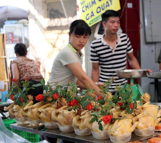 500 nghìn đồng bộ gà luộc xôi gấc, người Hà Nội xếp hàng mua cúng cô hồn - Ảnh 5.