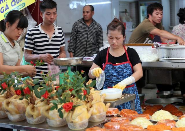 500 nghìn đồng bộ gà luộc xôi gấc, người Hà Nội xếp hàng mua cúng cô hồn - Ảnh 6.