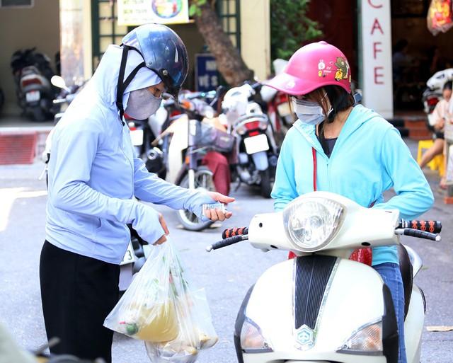 500 nghìn đồng bộ gà luộc xôi gấc, người Hà Nội xếp hàng mua cúng cô hồn - Ảnh 10.