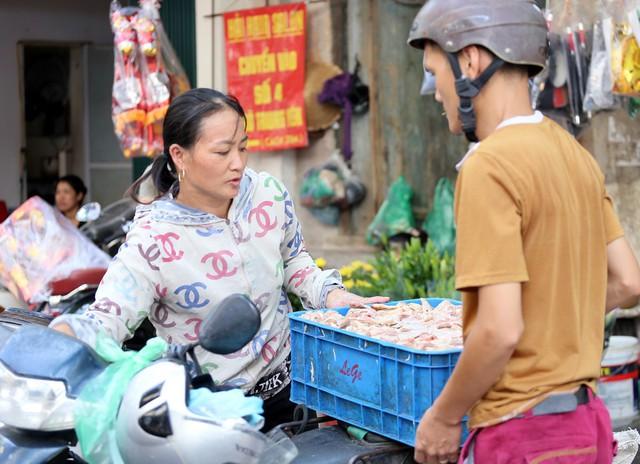 500 nghìn đồng bộ gà luộc xôi gấc, người Hà Nội xếp hàng mua cúng cô hồn - Ảnh 11.