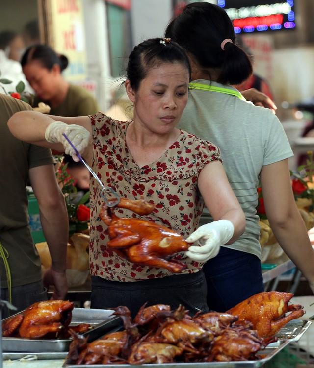 500 nghìn đồng bộ gà luộc xôi gấc, người Hà Nội xếp hàng mua cúng cô hồn - Ảnh 8.