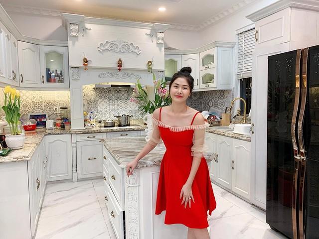 Vợ Đăng Khôi khoe căn bếp trong biệt thự mới, nhìn vào đến chị em hội nhà giàu cũng phải ngất ngây - Ảnh 1.