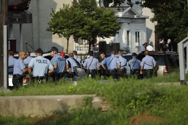 Kinh hoàng: Vừa xả súng vừa live-stream khiến 6 cảnh sát trúng đạn ở Mỹ - Ảnh 1.