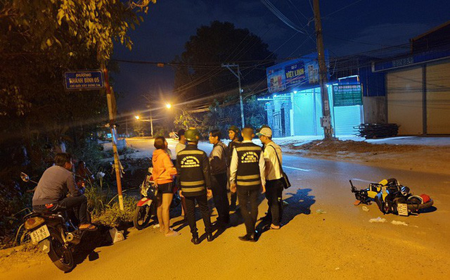 Cô gái trẻ truy đuổi kẻ giật điện thoại trong đêm, tông xe trọng thương 2 thanh niên đi đường - Ảnh 1.