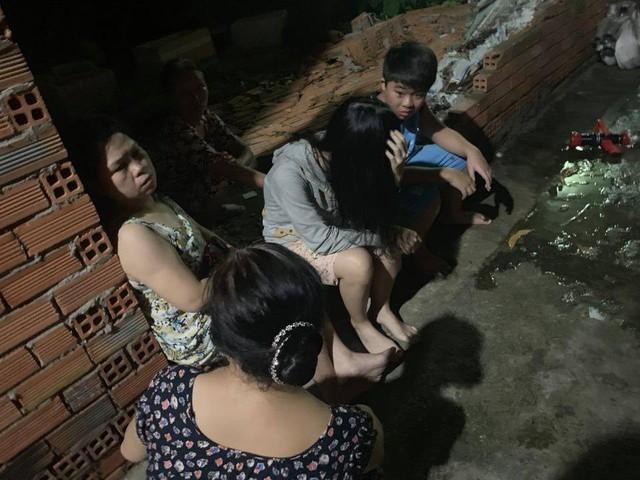 Gia đình 4 người say ngủ trong xưởng mộc bốc cháy ở Bình Dương - Ảnh 2.