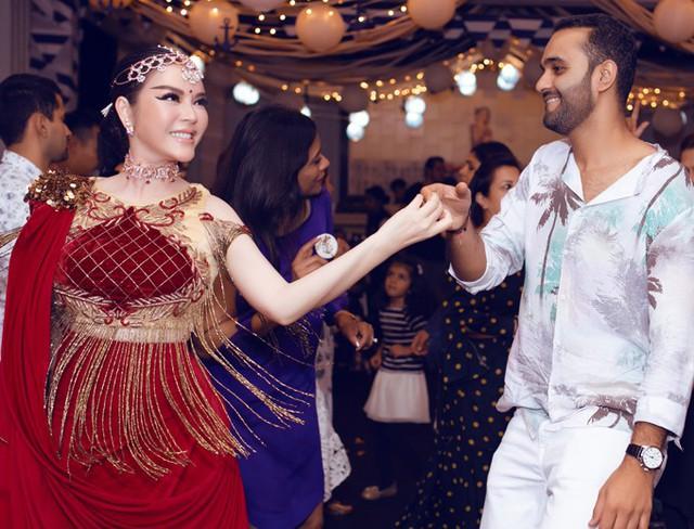 Lý Nhã Kỳ nhảy múa cùng bố mẹ nuôi tỷ phú - Ảnh 5.