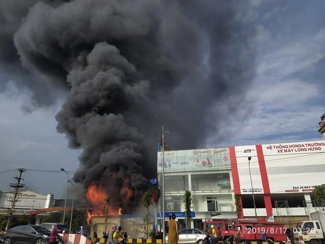 Bắc Giang: Hoả hoạn thiêu rụi siêu thị 90k lúc sáng sớm - Ảnh 1.