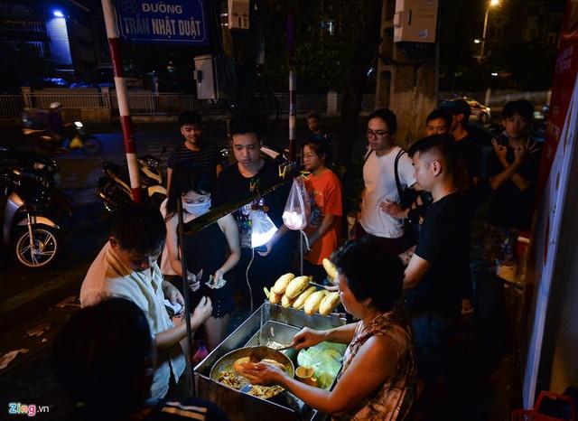 Xếp hàng lúc rạng sáng để mua bánh mì hổ lốn ở Hà Nội - Ảnh 1.