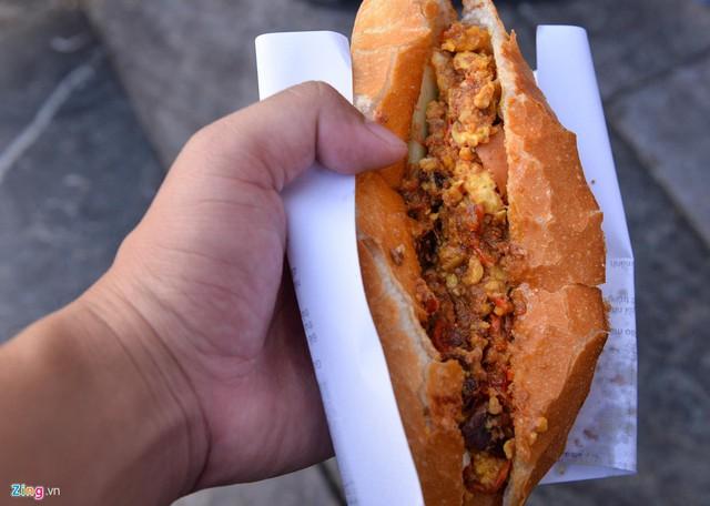 Xếp hàng lúc rạng sáng để mua bánh mì hổ lốn ở Hà Nội - Ảnh 5.