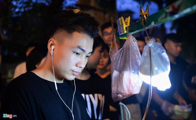 Xếp hàng lúc rạng sáng để mua bánh mì hổ lốn ở Hà Nội - Ảnh 6.
