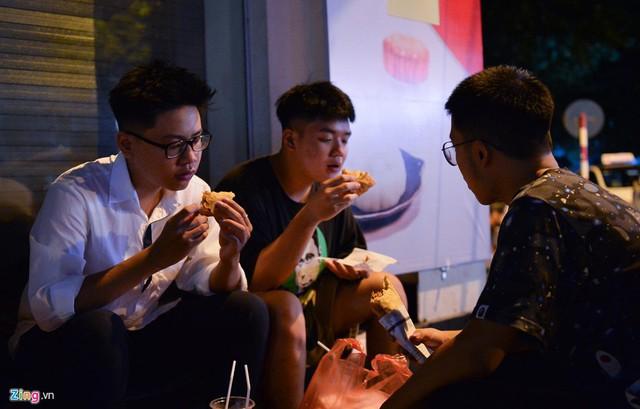 Xếp hàng lúc rạng sáng để mua bánh mì hổ lốn ở Hà Nội - Ảnh 9.