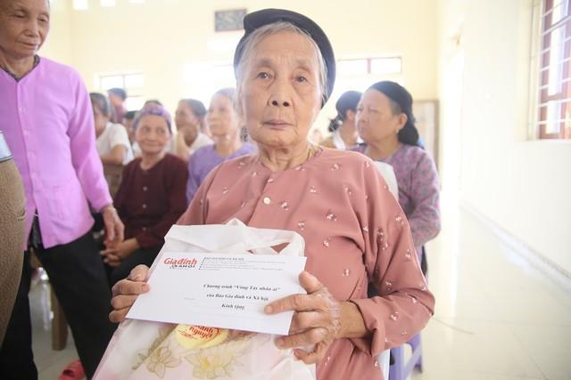 Báo Gia đình và Xã hội trao quà tặng đến gia đình chính sách có hoàn cảnh khó khăn ở Tuyên Quang - Ảnh 1.