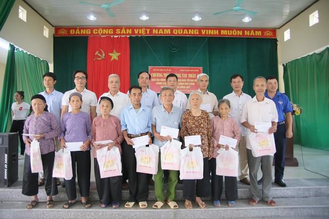 Báo Gia đình và Xã hội trao quà tặng đến gia đình chính sách có hoàn cảnh khó khăn ở Tuyên Quang - Ảnh 4.