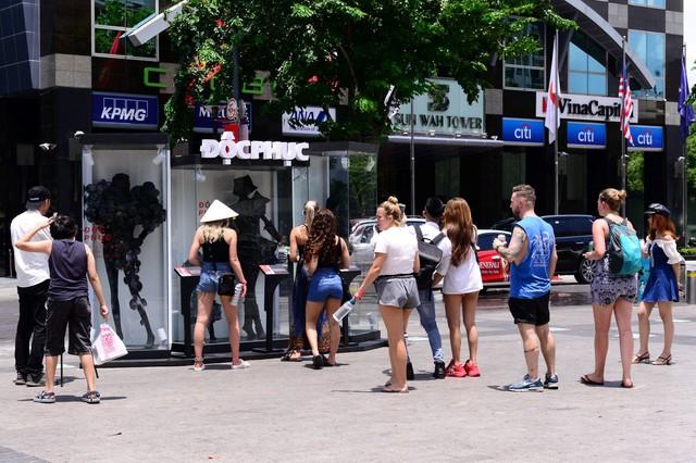 Điểm check-in mới nổi 1 ngày duy nhất – BST thời trang không ai muốn mặc xuất hiện ở phố đi bộ - Ảnh 1.