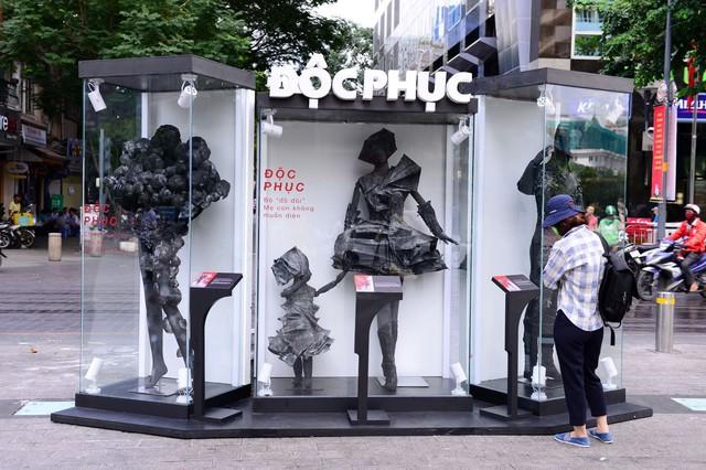 Điểm check-in mới nổi 1 ngày duy nhất – BST thời trang không ai muốn mặc xuất hiện ở phố đi bộ - Ảnh 2.