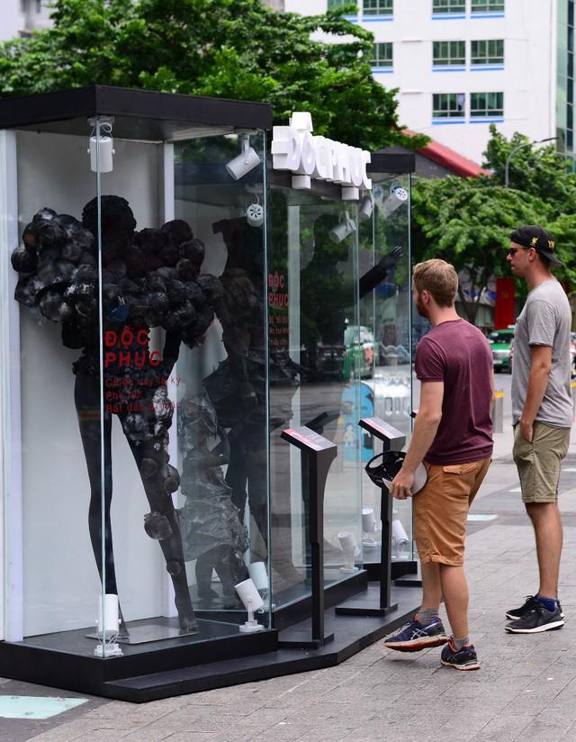 Điểm check-in mới nổi 1 ngày duy nhất – BST thời trang không ai muốn mặc xuất hiện ở phố đi bộ - Ảnh 3.