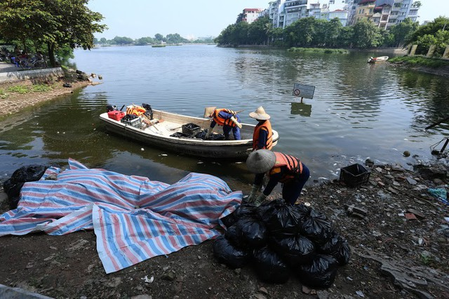 Hồ Trúc Bạch - Hà Nội bất ngờ xuất hiện tình trạng cá chết hàng loạt - Ảnh 14.