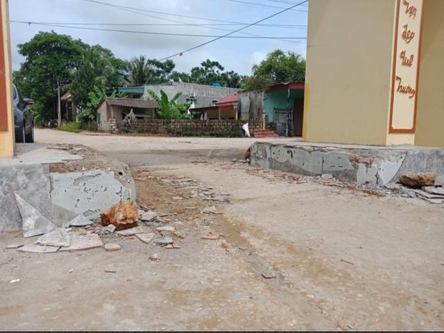 Triệu tập 11 thanh niên xăm trổ đập phá cổng làng - Ảnh 1.
