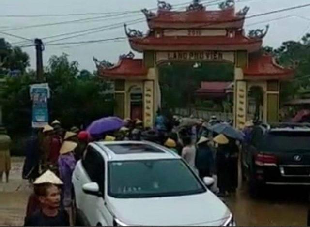Thanh Hóa: Nhóm côn đồ xăm trổ đập phá cổng làng - Ảnh 2.