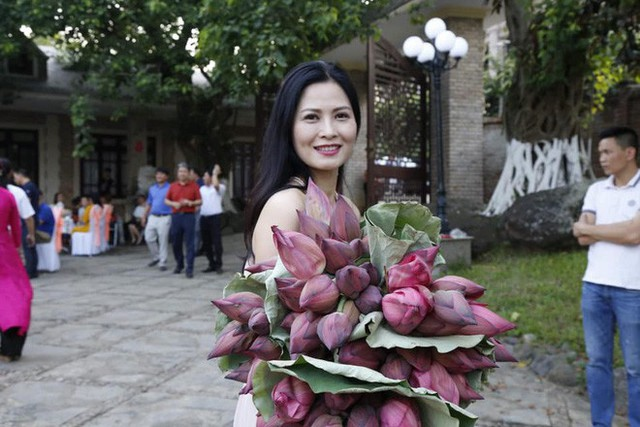 Cô Hạnh bán hoa Về nhà đi con được khen hết lời vì ngoại hình lột xác, nhan sắc đáng ngưỡng mộ ở tuổi 41 - Ảnh 8.