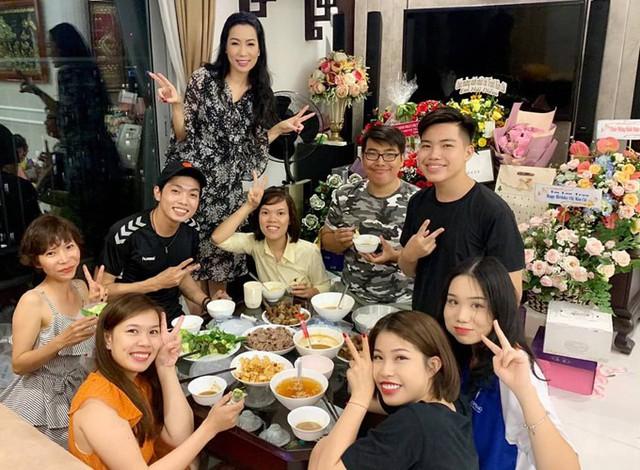 Á hậu Trịnh Kim Chi xinh đẹp mừng tuổi 47 bên chồng con - Ảnh 7.