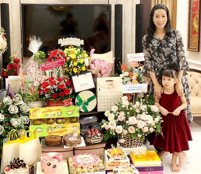 Á hậu Trịnh Kim Chi xinh đẹp mừng tuổi 47 bên chồng con - Ảnh 8.