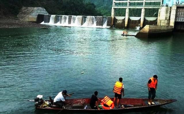 Khởi tố 2 nhân viên vận hành xả nước thủy điện khiến 1 người chết - Ảnh 1.