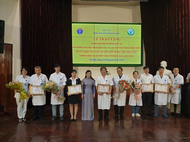 Bộ trưởng Bộ Y tế thưởng nóng kíp ghép tạng kỷ lục 15 ca/tuần ở Bệnh viện Việt Đức - Ảnh 3.