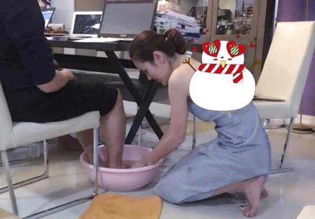 Cuộc sống trong biệt thự sang chảnh của Hoa hậu quỳ gối rửa chân cho chồng, nhìn một góc phòng khách cũng đủ lác mắt - Ảnh 2.