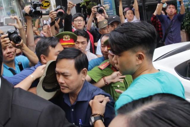 Nguyễn Hữu Linh thong thả đến hầu tòa vụ nựng bé gái trong thang máy - Ảnh 1.