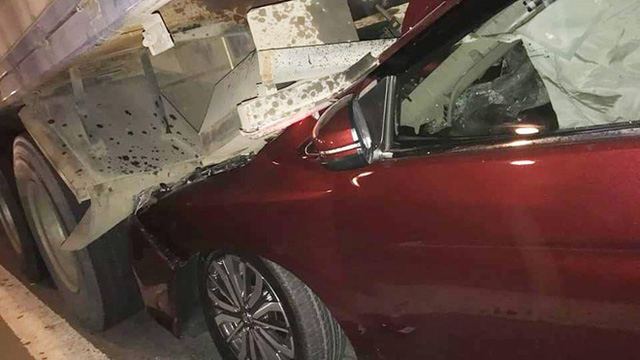 Ôtô con lọt gầm xe tải sau tai nạn ở Sài Gòn, 4 người thoát chết - Ảnh 1.