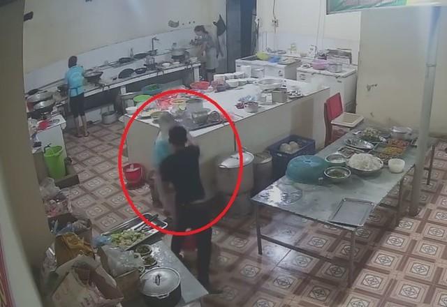 Cộng đồng mạng sốc với clip thanh niên vào tận bếp tạt a xít cô gái - Ảnh 1.