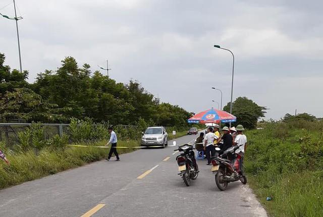 Phát hiện thi thể đàn ông phân hủy bên đường ra sân bay Nội Bài - Ảnh 1.