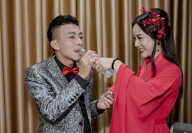 NSƯT Việt Hoàn được bà xã chăm sóc ở hậu trường - Ảnh 1.