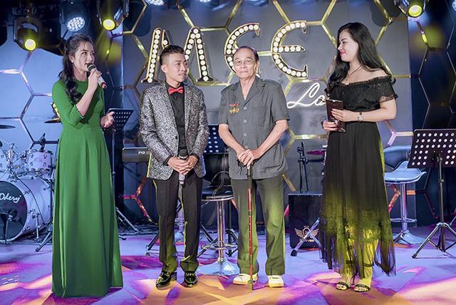 NSƯT Việt Hoàn được bà xã chăm sóc ở hậu trường - Ảnh 10.