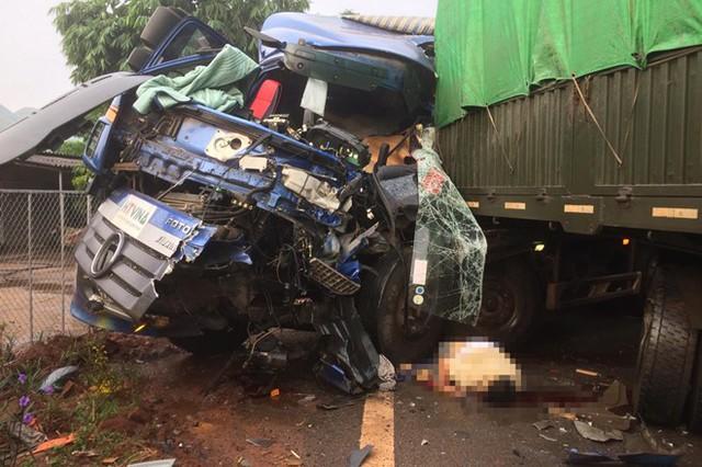 Ôtô tải tông xe đầu kéo, tài xế văng ra ngoài tử vong - Ảnh 1.
