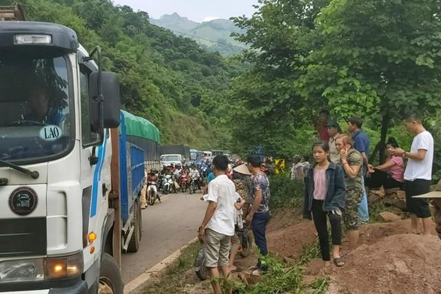 Ôtô tải tông xe đầu kéo, tài xế văng ra ngoài tử vong - Ảnh 2.